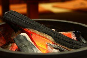 冬は炭で暖をとる